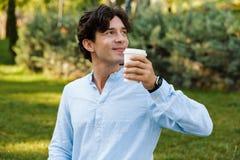 Trinkender Kaffee des hübschen jungen zufälligen Mannes stockbilder