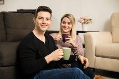 Trinkender Kaffee des jungen Mannes mit seiner Freundin Stockfotografie