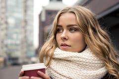 Trinkender Kaffee des jungen Studenten draußen Lizenzfreie Stockbilder