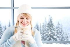 Trinkender Kaffee des kaukasischen Mädchens Lizenzfreie Stockbilder