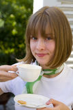 Trinkender Kaffee des Mädchens Lizenzfreies Stockbild