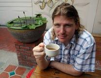 Trinkender Kaffee des Mannes stockfotos