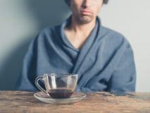 Trinkender Kaffee des müden Mannes Lizenzfreies Stockfoto