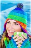 Trinkender Kaffee des schönen Mädchens Stockfotos