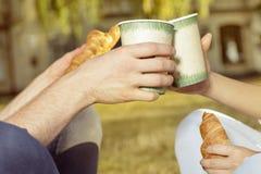 Trinkender Kaffee des Studenten und essen Hörnchen stockbilder