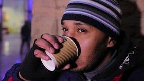 Trinkender Kaffee des umgekippten Mannes draußen und versuchend nicht zu schreien, Probleme tiefstand stock footage