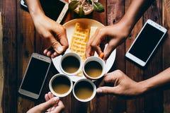 Trinkender Kaffee für Partei, treffend im Feiertag stockfoto