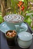 Trinkender Kaffee im Garten. lizenzfreies stockbild