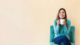 Trinkender Kaffee junger Latina-Frau stockfotos