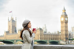 Trinkender Kaffee London-Frau durch Westminster-Brücke Lizenzfreies Stockfoto