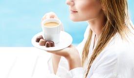 Trinkender Kaffee morgens Stockfoto