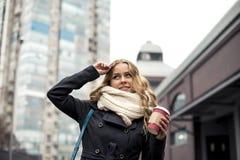 Trinkender Kaffee zum Mitnehmen der stilvollen Frau in einer Stadtstraße Stockbilder