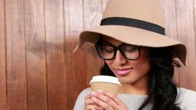 Trinkender Kaffee zum Mitnehmen des asiatischen Hippies stock video footage