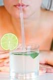Trinkender Limettensaft des Mädchens Lizenzfreies Stockfoto