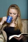 Trinkender Morgen-Kaffee u. Lesen Stockfotos