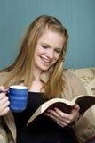 Trinkender Morgen-Kaffee u. Lesen Stockbild