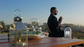 Trinkender Morgenkaffee des jungen Geschäftsmannes stock footage