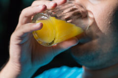 Trinkender Orangensaft Stockbilder