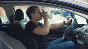 Trinkender Proteindrink des Mannes im Auto stock video footage