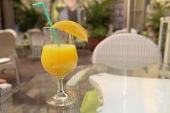 Trinkender Saft Lizenzfreies Stockfoto