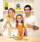 Trinkender Saft der gesunden Familie Lizenzfreie Stockbilder