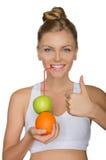 Trinkender Saft der glücklichen Frau von den Früchten Stockfotografie
