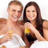 Trinkender Saft der Youg Paare Stockfoto