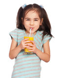 Trinkender Saft des Mädchens Stockfoto