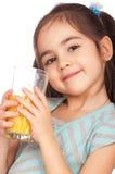 Trinkender Saft des Mädchens stockfotos