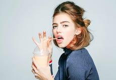 Trinkender Saft des Mädchens vom Glas Stockfoto