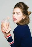 Trinkender Saft des Mädchens vom Glas Stockbild