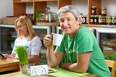 Trinkender Tasse Kaffee des älteren Mannes stockfoto