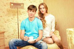Trinkender Tee Lizenzfreie Stockfotos