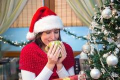 Trinkender Tee auf Weihnachtsmorgen Lizenzfreie Stockfotos