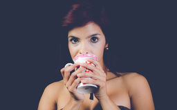 Trinkender Tee Brunnet stockbilder