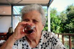 Trinkender Tee der älteren Frau stockbild