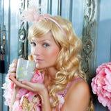 Trinkender Tee der blonden Art und Weiseprinzessin-Frau Lizenzfreie Stockfotografie
