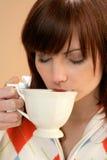 Trinkender Tee der Frau Lizenzfreies Stockfoto