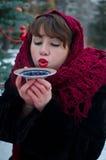 Trinkender Tee der Frau Stockfoto
