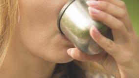 Trinkender Tee der Frau, Instandhaltungswasserbilanz, Mangel an Feuchtigkeit in der Hautnahaufnahme stock footage