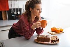Trinkender Tee der Hausfrau mit frisch Kürbisbrot Lizenzfreie Stockbilder