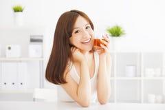 Trinkender Tee der jungen asiatischen Frau Stockfotografie