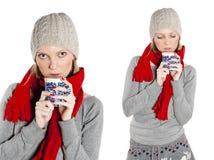 Trinkender Tee der jungen Frau. Stockfoto