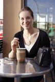 Trinkender Tee der jungen Frau. Lizenzfreies Stockfoto