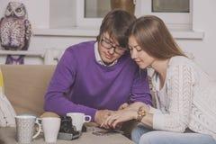 Trinkender Tee der jungen Paare in der Diskussion über Ideen Stockbild