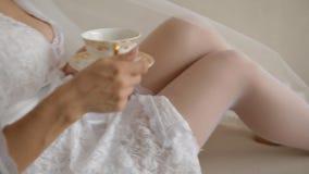 Trinkender Tee der schönen kaukasischen Braut stock footage
