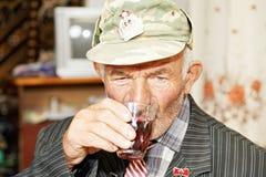 Trinkender Tee des älteren Mannes stockbild