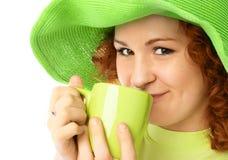 Trinkender Tee des hübschen Mädchens Lizenzfreie Stockfotografie