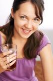 Trinkender Tee des jungen Mädchens Stockfotos
