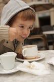 Trinkender Tee des Jungen mit einem Löffel Stockfotografie